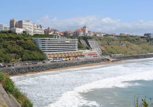 Vue du spot de surf de La Côte des Basques depuis la pointe de Biarritz